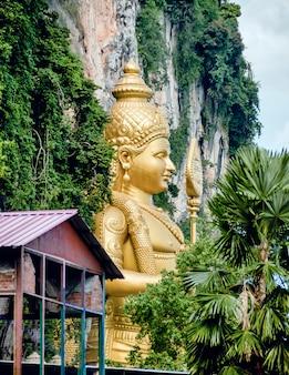 Standbeeld van lord muragan in batu caves in maleisië.