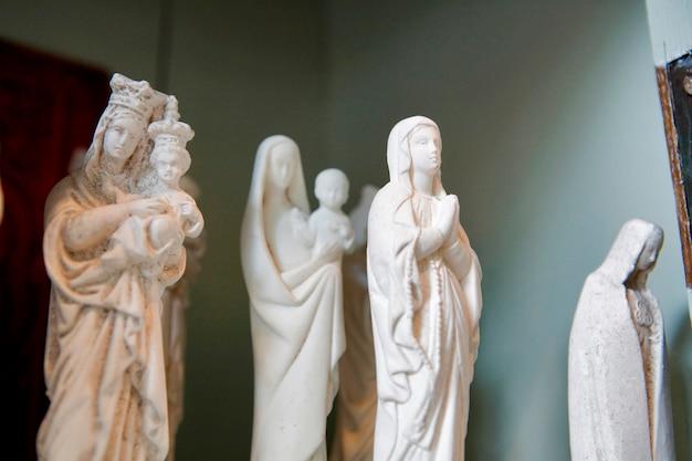 Standbeeld van madonna en kind