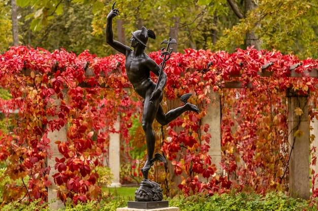 Standbeeld van mercurius begin 19e eeuw geïnstalleerd in de koninklijke residentie van oranienbaum