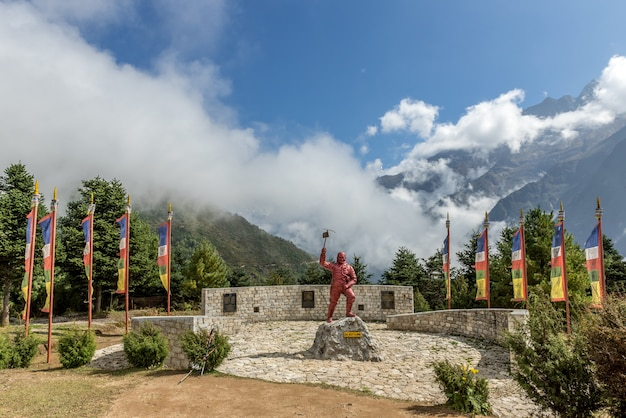 Standbeeld van sherpa met mt. everest-gebied in het sherpa culture museum, namche bazaar