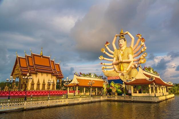 Standbeeld van shiva in wat plai laem-tempel in samui in thailand