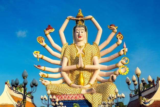 Standbeeld van shiva in wat plai laem-tempel, samui, thailand