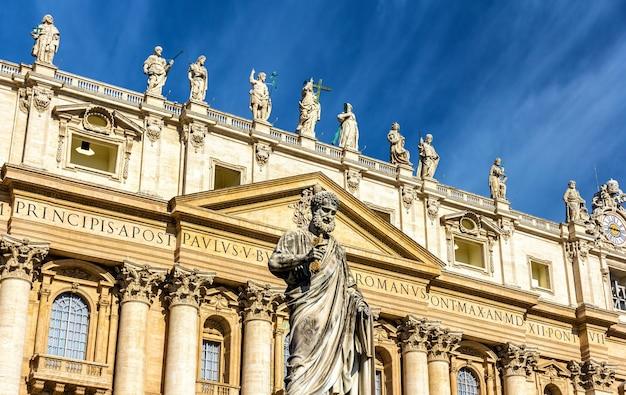 Standbeeld van st. paul in de buurt van de basiliek in vaticaan