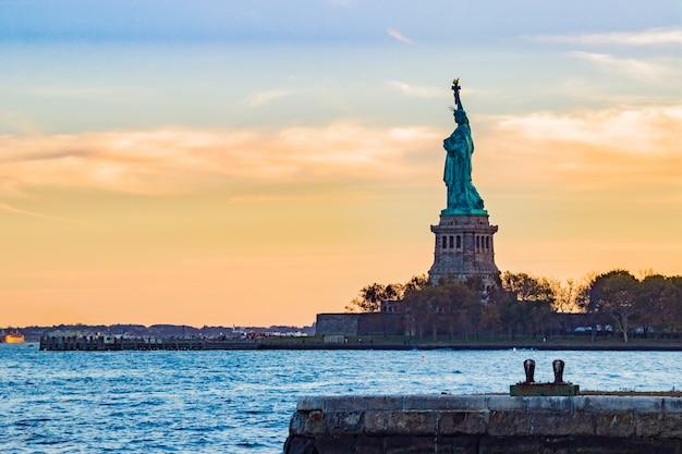Standbeeld van vrijheid gezien vanuit de verte