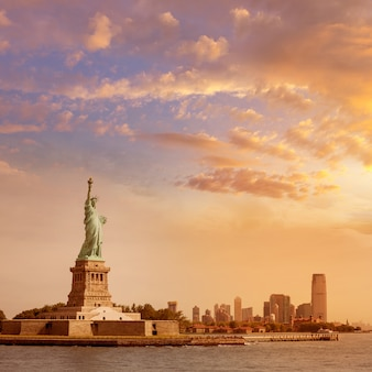 Standbeeld van vrijheid new york en manhattan vs.
