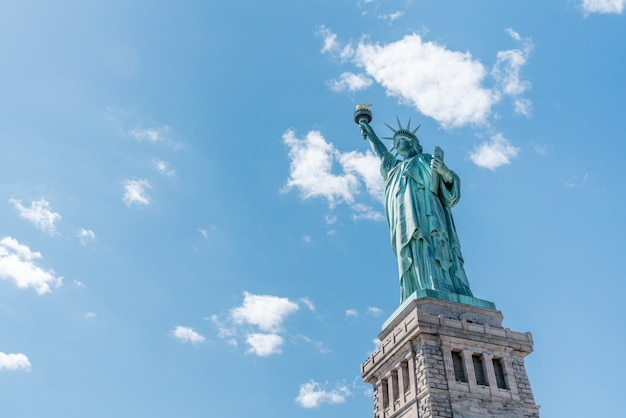Standbeeld van vrijheid op zonnige dag, duidelijke blauwe hemelachtergrond