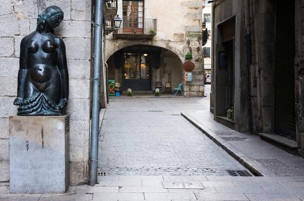 Standbeeld van vrouw in oude stad, catalunya. girona, spanje
