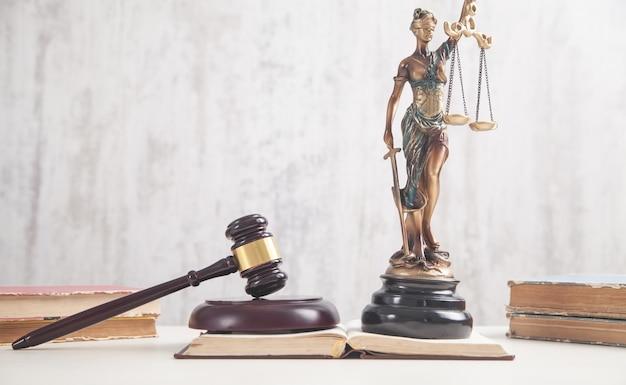 Standbeeld van vrouwe justitia, boeken en hamer. juridisch en juridisch concept