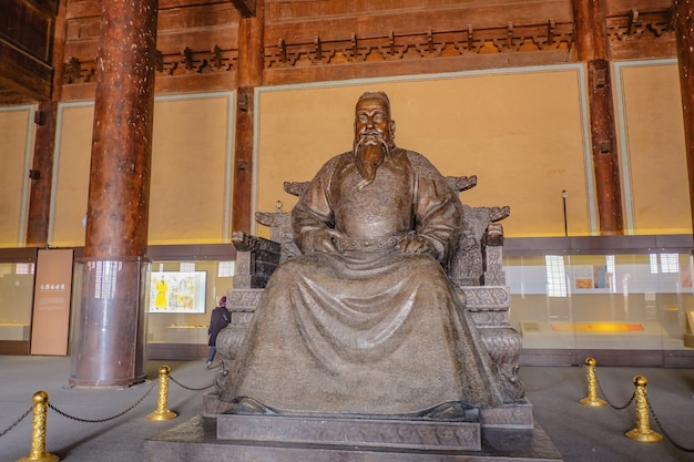Standbeeld van yongle keizer in ling en hall of changling tomb in ming dynasty tombs, shishanling beijing china