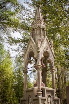Standbeelden en grafstenen op de lychakiv-begraafplaats in lviv, oude graven en begraafplaatsen