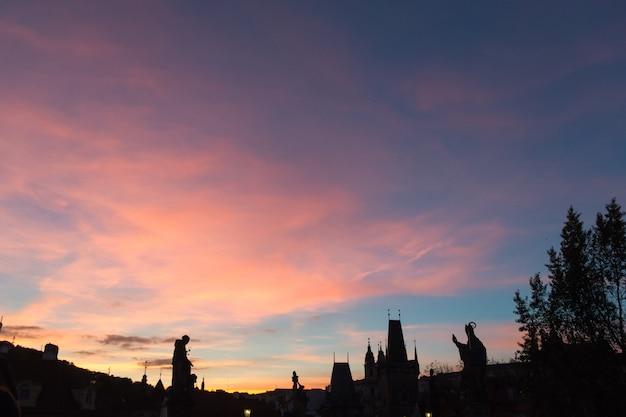 Standbeelden op charles-brug in praag bij zonsondergang