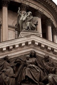 Standbeelden op de saint isaac's cathedral, st. isaac's square, st. petersburg, rusland