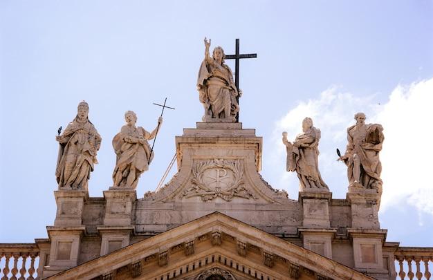 Standbeelden op de sint-pietersbasiliek, vaticaanstad, rome, italië