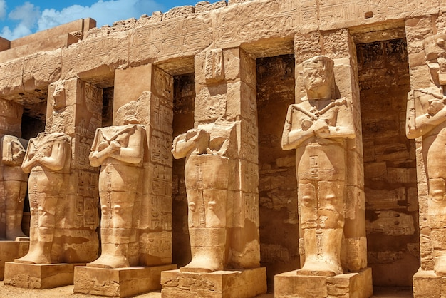 Standbeelden van de karnak-tempel in egypte