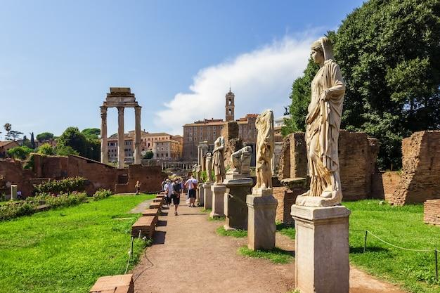 Standbeelden van de vestals, forum romanum, italië.