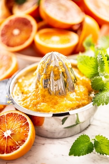 Staniless stalen juicer vol sinaasappelpulp - close-up.