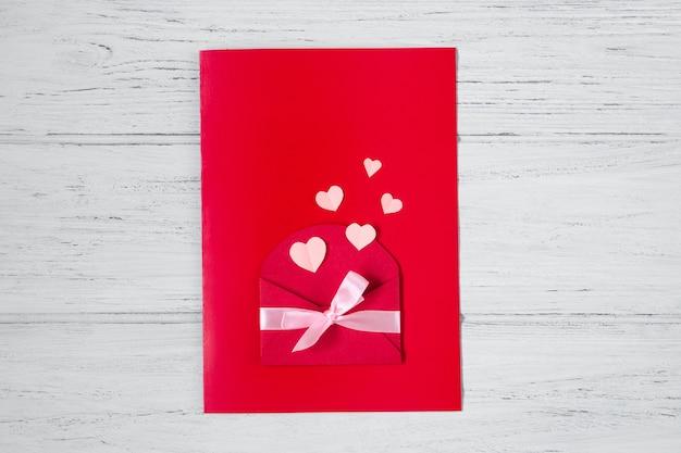 Stap 11. valentijnsdag kaart, geschenk, plat lag op houten achtergrond. stap voor stap instructies voor handgemaakte valentijn