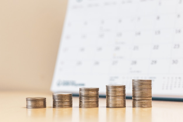 Stap geld munten stapels met kalender achtergrond stap geld munten stapels met kalender achtergrond