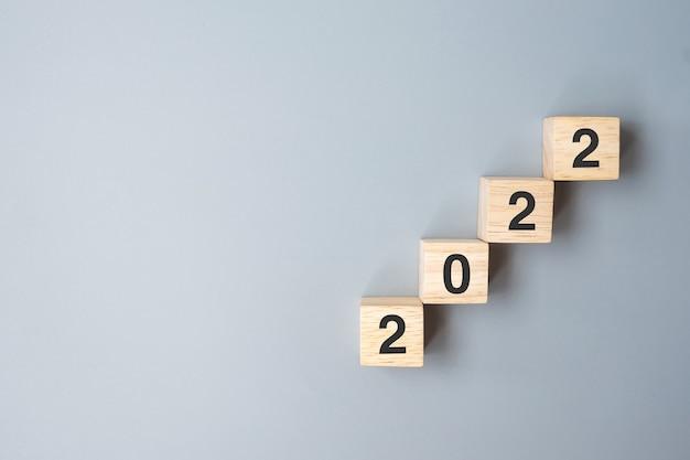 Stap van 2022 houten blok. business, planning, groei, risicobeheer, financiën en strategie concepten