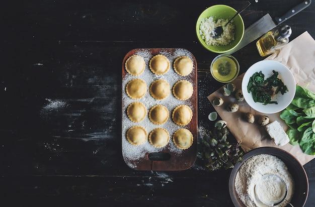 Stap voor stap bereidt de chef-kok ravioli met ricottakaas, dooierkwartelseieren en spinazie met kruiden. de chef-kok bereidt zich voor op het bereiden van ravioli