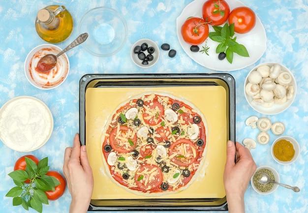 Stap voor stap een vegetarische pizza maken, stap 11 - leg de pizza in een ovenschaal