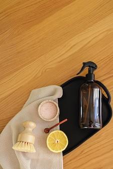 Stap voor stap instructie van het recept voor niet-giftige schoonmaakmiddelen voor thuis, gemaakt van azijn, bakpoeder en citroen. eco-vriendelijk huishoudelijk concept zonder afval.