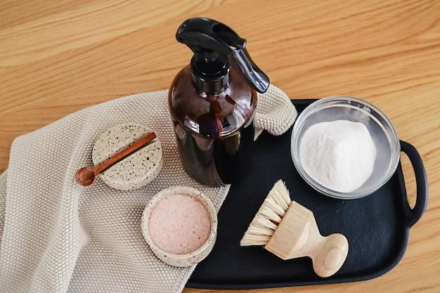 Stap voor stap instructie van het recept voor niet-giftige schoonmaakmiddelen voor thuis, gemaakt van azijn, bakpoeder en citroen.