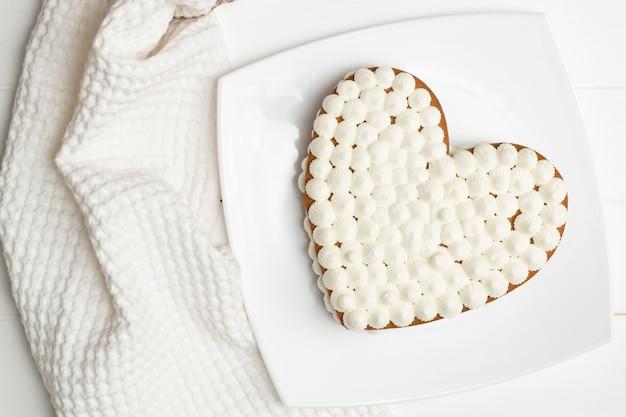 Stap-voor-stap instructies voor hartvormige taartrecepten. stap 11: leg de taarten met slagroom op elkaar, plat gelegd.