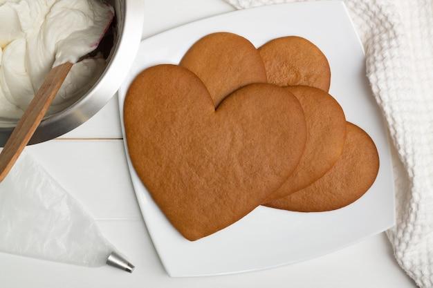 Stap-voor-stap instructies voor hartvormige taartrecepten. stap 8: bak de taarten 10 minuten op 180 graden c, plat gelegd.