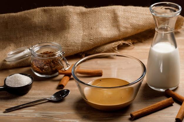 Stap voor stap koreaanse dalgona-koffie. koffie, water en suiker kloppen.