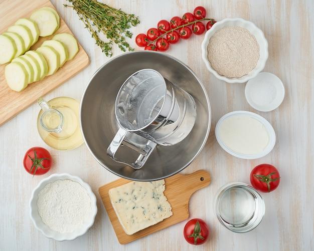 Stap voor stap recept. eigengemaakte galette met groente. bovenaanzicht, witte houten tafel