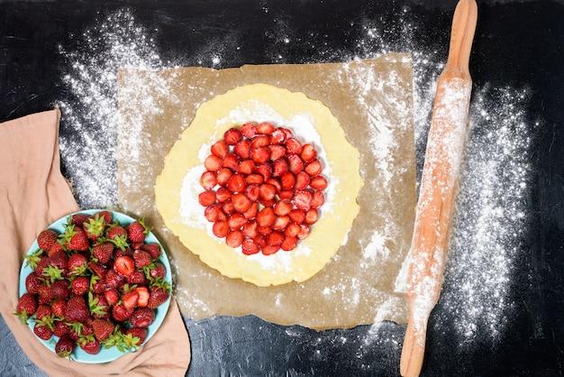 Stap voor stap recept het proces om thuis galetta met aardbeien te maken