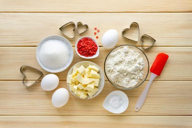 Stap voor stap recept voor het maken van koekjes voor valentijnsdag. bakken van ingrediënten en keukengerei