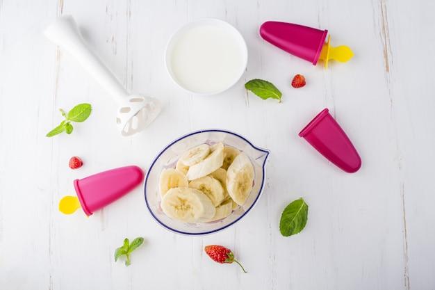 Stap voor stap recept. zelfgemaakt roze ijs koken.