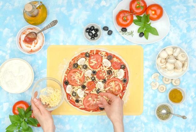 Stap voor stap zelfgemaakte vegetarische pizza maken, stap 9 - geraspte kaas toevoegen