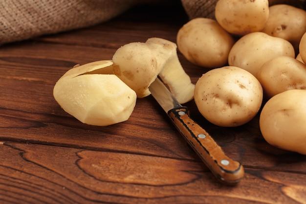 Stapel aardappelen liggend op houten planken