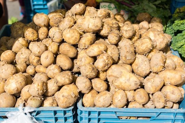 Stapel aardappelen te koop