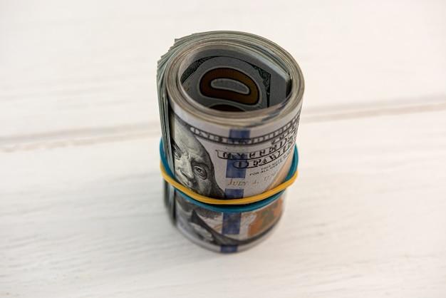 Stapel amerikaanse dollarbiljetten, spaarconcept