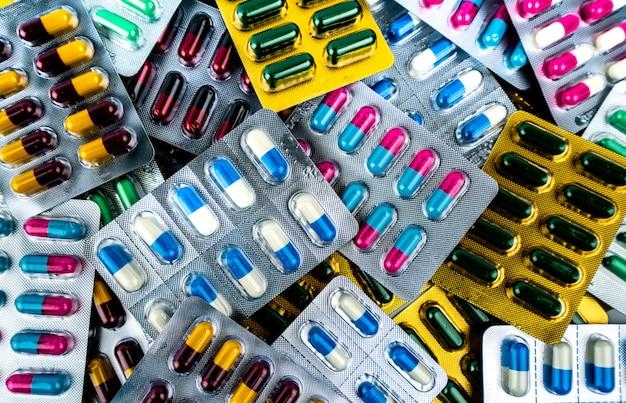 Stapel antibiotische capsule pillen in blisterverpakkingen