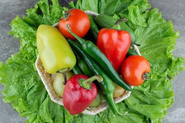 Stapel biologische groenten. tomatenpeper en sla.