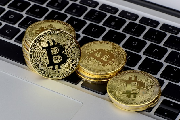 Stapel bitcoin-munten op laptop toetsenbord