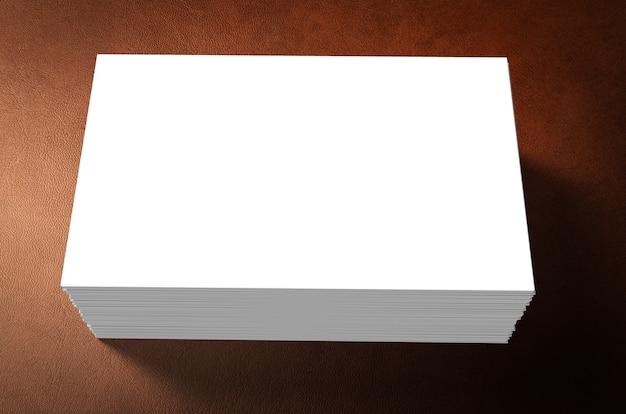 Stapel blanco naamkaartjes op bruine achtergrond