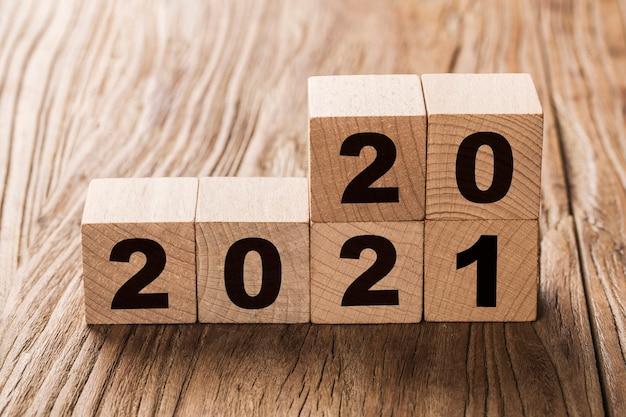 Stapel blokken met 2020 en 2021 jaar