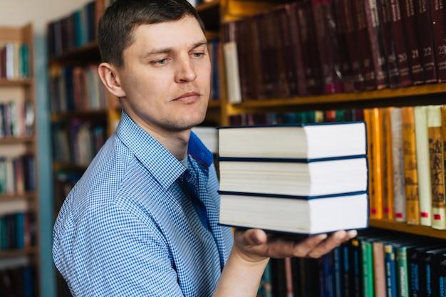 Stapel boeken die op de palm liggen