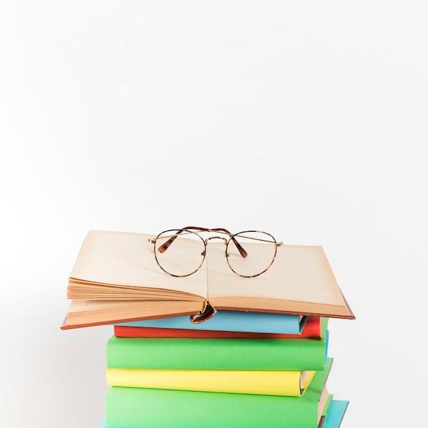 Stapel boeken met een bril