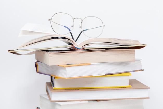 Stapel boeken met glazen
