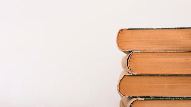 Stapel boeken op een boekhandel