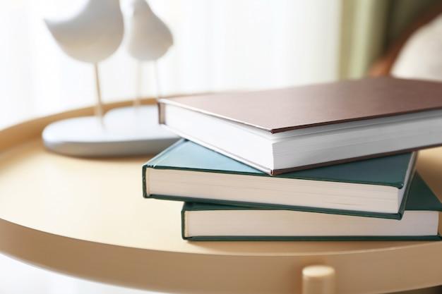Stapel boeken op tafel in de kamer, close-up