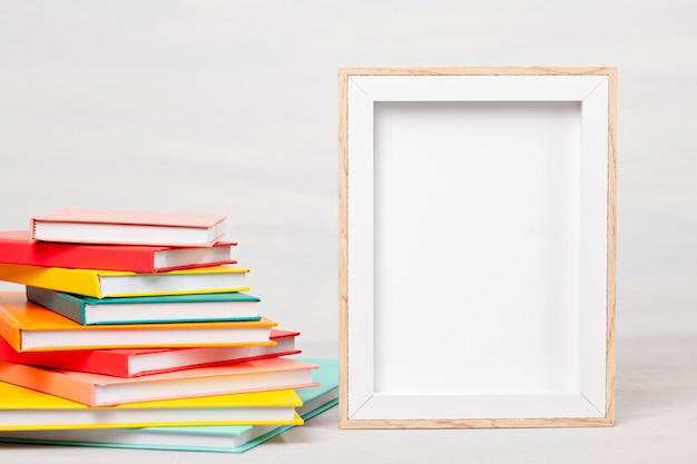 Stapel boeken op tafel. vrije tijd, lezen, studieconcept