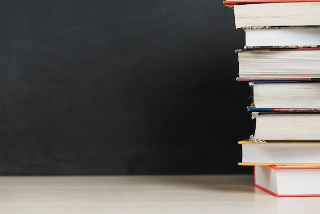Stapel boeken op tafel